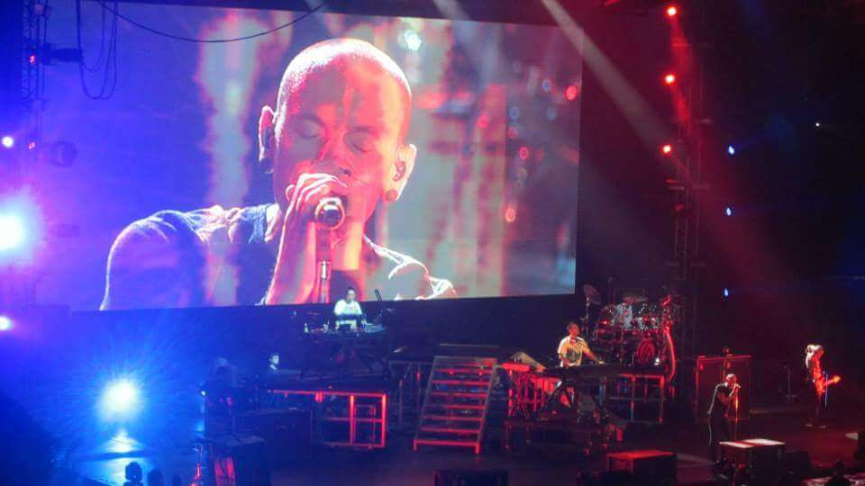 chester bennington on linkin park living things concert
